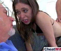 Filha dando buceta na frente do pai