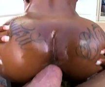Negra dando buceta gostosa no vídeo pornô grátis