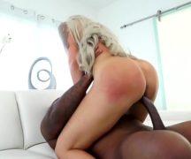 Cacete enorme entrando na xoxota da loira experiente no sexo