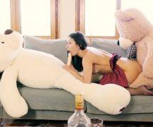 Urso ted fudendo buceta de mulher em video porno