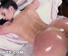 Mulher madura transando toda excitada no filme porno