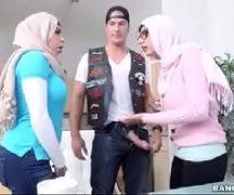 Mulheres fodendo com o motociclista de um clube