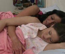 Mulher transando com mulher bem gostoso na cama