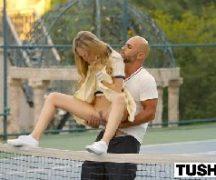 Novinha nua dando na quadra de tênis