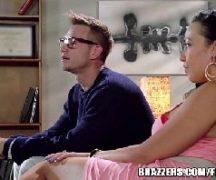Filme porno anal gostosa dando para o nerd comedor
