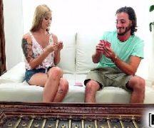 Pornorama loirinha tatuada fazendo sexo