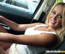 Porno no carro com loira se ajeitando e dando muito gostoso