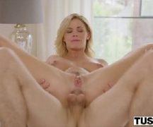 Porno saia com loira gatinha dandoa  sua vagina de perna aberta