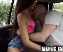 Sexo no carro com menina safadinha dando bem gostoso