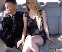 Peladinha essa safada deu gostoso dentro do carro para o namorado