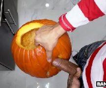 Halloween do sexo gostosa dando para o marmanjo na travessura