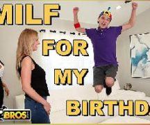Mãe comemorando o aniversario do filho e dando para ele