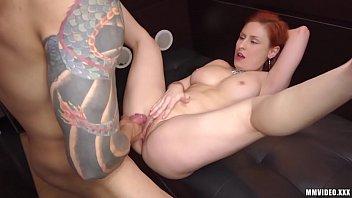 Novinha ruiva dando sua pepeca deliciosa