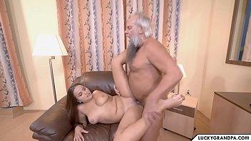 Sexo com filha dos seios fartos que adora foder