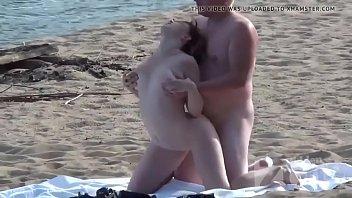 Flagras na praia ninfetinha dando para o cara safado