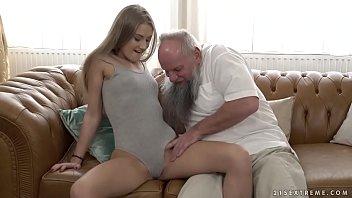 Porno enteada da xota rosadinha transando com padrasto